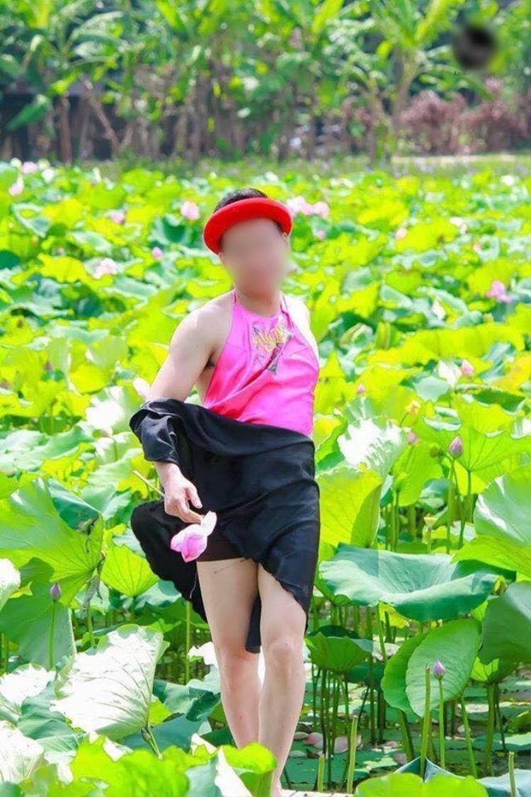 Chàng trai mặc yếm hồng chụp với hoa sen: Phụ nữ làm được thì chúng tôi cũng làm được