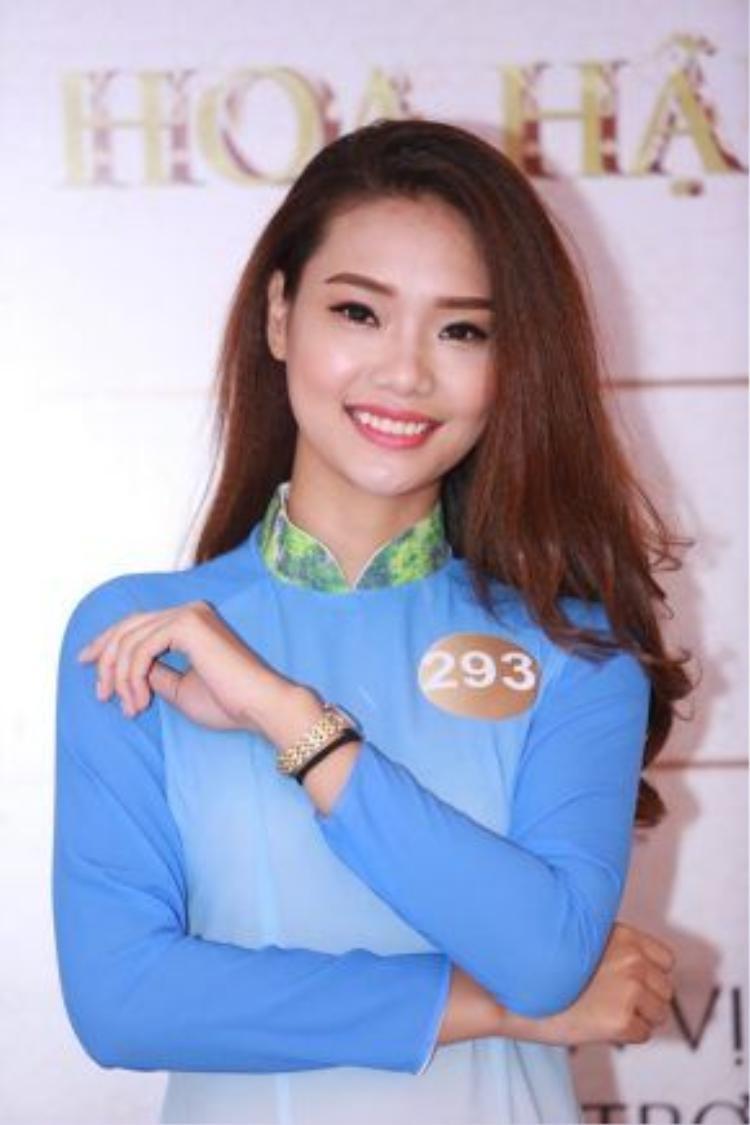 Các thí sinh ở khu vực miền Trung nổi bật với nhan sắc dịu dàng, nữ tính trong tà áo dài truyền thống của người con gái Việt.