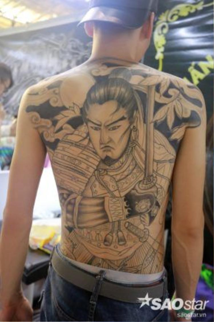 Hình xăm đen trắng rất ấn tượng, mô tả một vị tướng lĩnh của Trung Quốc thời xưa.