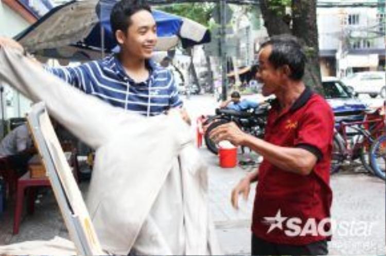 Những người đến nhận áo xúc động bày tỏ cảm ơn, những người cho áo thì luôn niềm nở, vui vẻ.