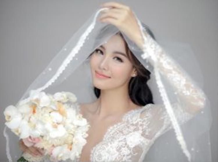 Cô dâu người mẫu được trang điểm nhẹ nhàng, thanh thoát.