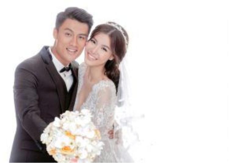 Trong ảnh cưới, chú rể không giấu niềm hạnh phúc khi có được cô dâu tâm đầu ý hợp.