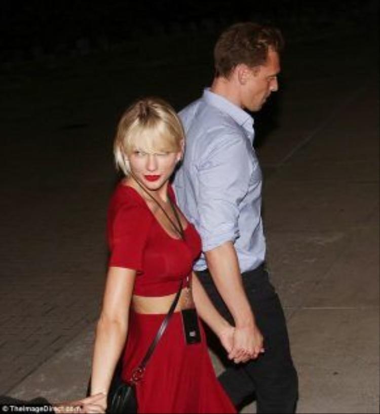 Taylor hạnh phúc mỉm cười bên tình mới.