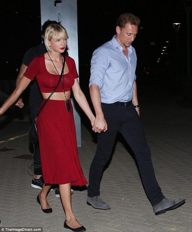 Taylor Swift  Tom Hiddleston hẹn hò ăn tối, nắm chặt tay nhau tình cảm