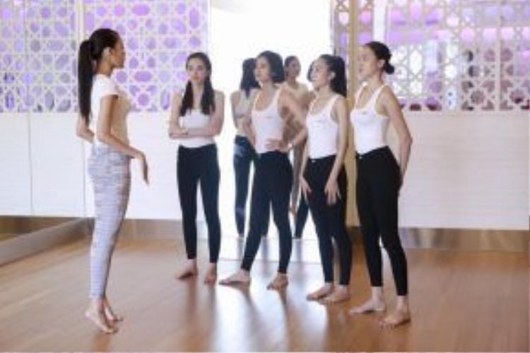 Với những lợi thế là một siêu mẫu, Lan Khuê đã chỉ cho các thí sinh trong đội cách sải bước chuyên nghiệp và đầy bản lĩnh bằng cách tập nhón chân khi đi catwalk và giữ thăng bằng không lắc vai.