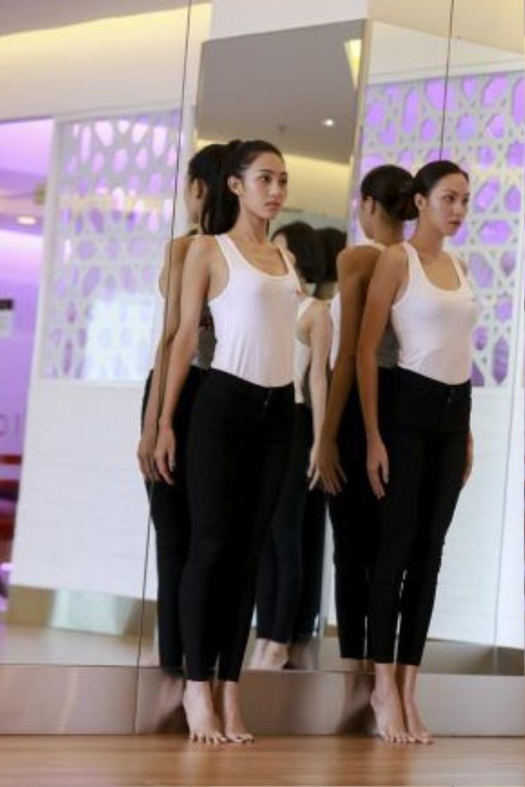 Tiếp đó, 4 cô gái tiếp tục các bài tập nhón chân giữ thăng bằng cũng như catwalk.