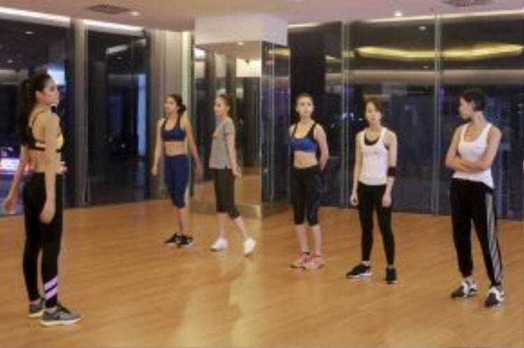 Để chuẩn bị cho thử thách catwalk quyết định top 12 trong tập 2, các thí sinh đã có những buổi luyện tập cùng với HLV của mình.