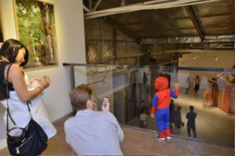 Thùy Minh còn để lộ bụng bầu khá lớn khi đến xem chương trình triển lãm. Con trai cũng đồng hành với cô trong sự kiện.