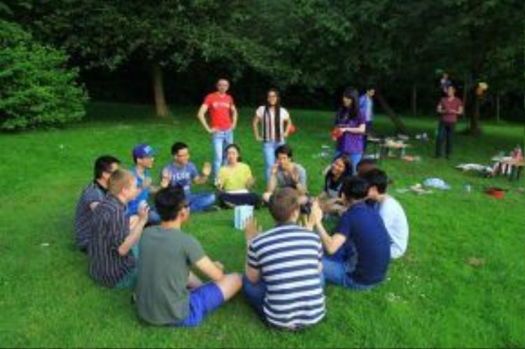 Buổi dã ngoại của các bạn du học sinh Việt Nam cùng các sinh viên quốc tế đang theo học tại Anh. Ảnh minh họa