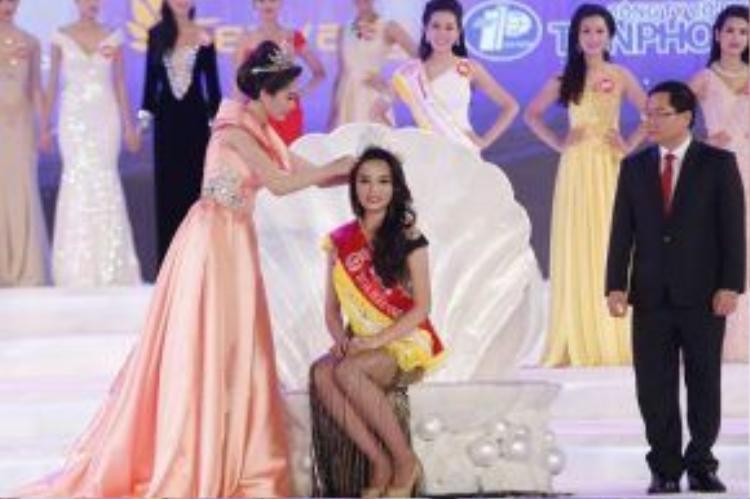 Năm nay, khán giả có quyền đặt câu hỏi cho các thí sinh lọt vào vòng ứng xử Hoa hậu Việt Nam 2016. Những câu hỏi hay nhất sẽ được BTC lựa chọn sử dụng trong đêm chung kết.