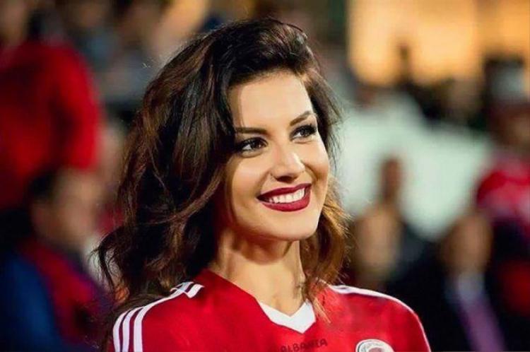 Bỏng mắt với dàn cổ động viên nữ tại Euro 2016