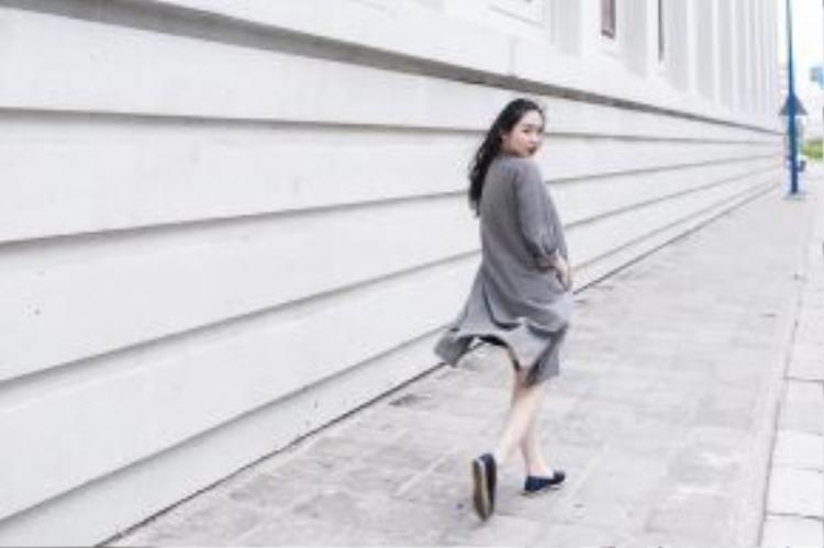 Cô bạn Chloe Nguyen với set đồ tông xám làm chủ đạo cùng dáng pose miễn chê. Được biết, cô bạn còn là một beauty vlogger khá nổi tiếng trong cộng đồng mạng.
