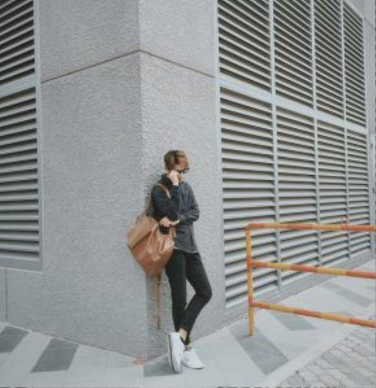 Cách dễ nhất để bộ đồ của bạn không quá thường chính là biết cách phối màu cho những item. Nếu mặc nguyên cây đen như này thì một đôi sneaker trắng màu đối lập là lựa chọn tối ưu nhất.