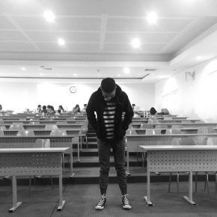 Cũng là áo thun sọc kẻ nhưng Huy Lê lại chọn kết hợp với áo khoác gió thể thao bên ngoài. Cùng với quần bo gấu và sneaker, đây là một trong những set đồ cơ bản thường thấy của giới trẻ hiện giờ.