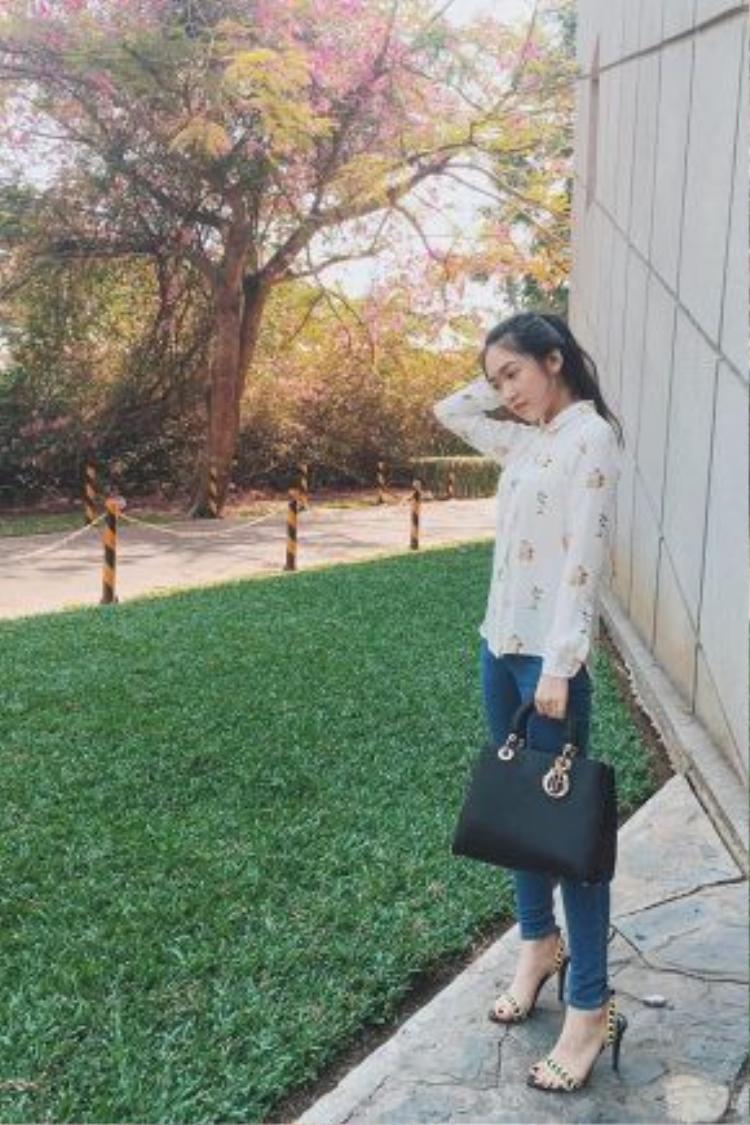 Sinh viên RMIT được ăn mặc khá thoải mái khi tới trường, ngoài những set đồ năng động như phía trên thì thỉnh thoảng vẫn bắt gặp những hình ảnh của các cô nàng chững chạc hơn một chút với quần jeans ôm và giày cao gót như vậy.