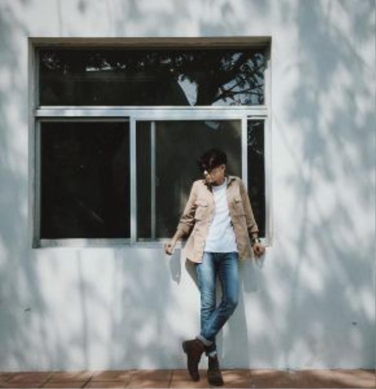 Dư Triển Khuân là cái tên khá hot trong cộng đồng sinh viên RMIT. Cậu bạn sở hữu ngoại hình bắt mắt cùng chiều cao ấn tượng này hiện còn đang hoạt động như một người mẫu tự do. Trong hình, set đồ tưởng chừng đơn giản lại phong phú hơn khi Dư Triển Khuân kết hợp cùng áo khoác màu khaki bên ngoài.
