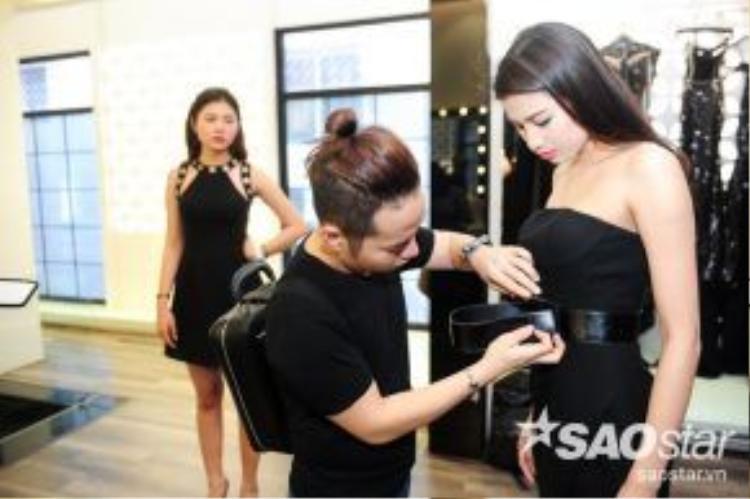 """Ảnh nhá hình """"so deep"""" của Chung Thanh Phong tự tay chăm lo váy áo cho thí sinh."""