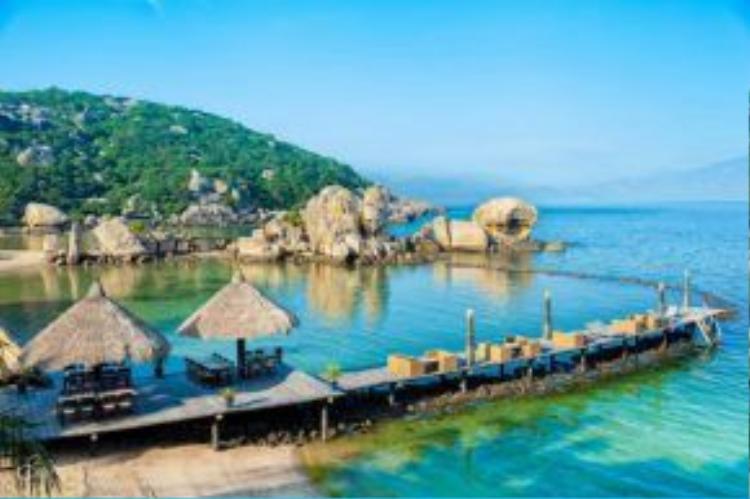 Khu nghỉ này còn được biết tới với tên gọi Yến Hideaway Resort cách sân bay Cam Ranh 30 km. Cách trung tâm Nha Trang khoảng 80km, tương đương gần 2 giờ đi xe máy, ngay sau khi ra mắt các bộ phim này đã được nhiều du khách biết tới.