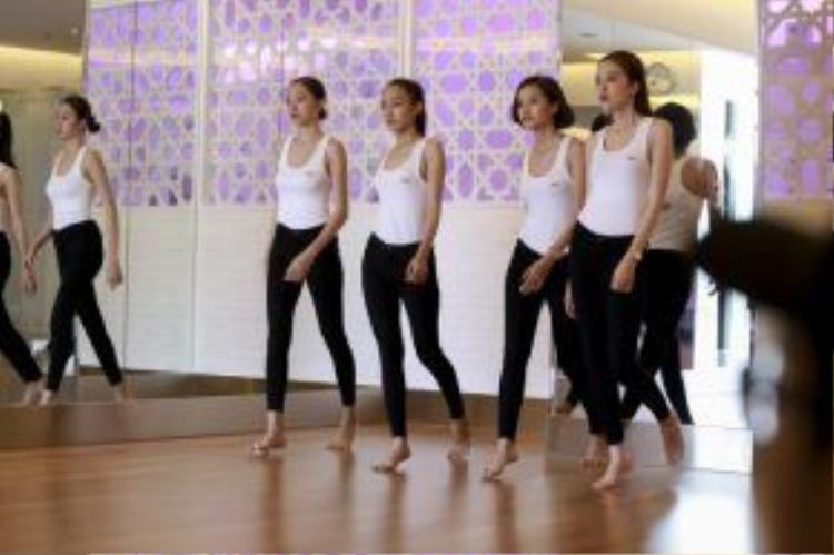 Đặc biệt, cả 4 thí sinh team Lan Khuê đều phải nhón chân khi tham dự lớp học. Có thể đây là một bí quyết của cô nàng huấn luyện viên giúp cho lưng thẳng và không bị mất dáng.
