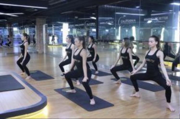 Ngoài bài tập catwalk, HLV Hồ Ngọc Hà còn hướng dẫn các thí sinh tập luyện yoga để giải phóng thân thể.