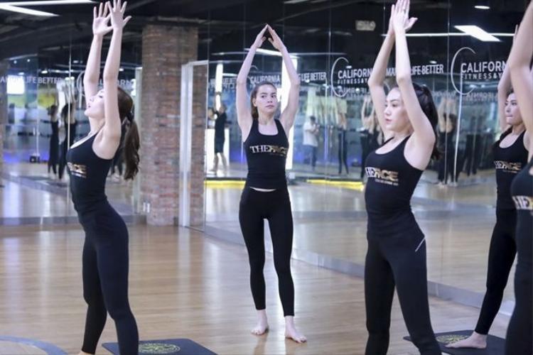 Trước giờ thi đấu, HLV Hồ Ngọc Hà tiếp tục huấn luyện Yoga cho trò cưng The Face