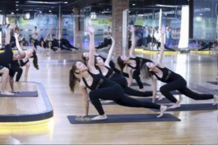 Các cô gái tiếp thu khá nhanh nên có thể thuần thục tập luyện ngay sau phần chỉ dạy của HLV Hồ Ngọc Hà.
