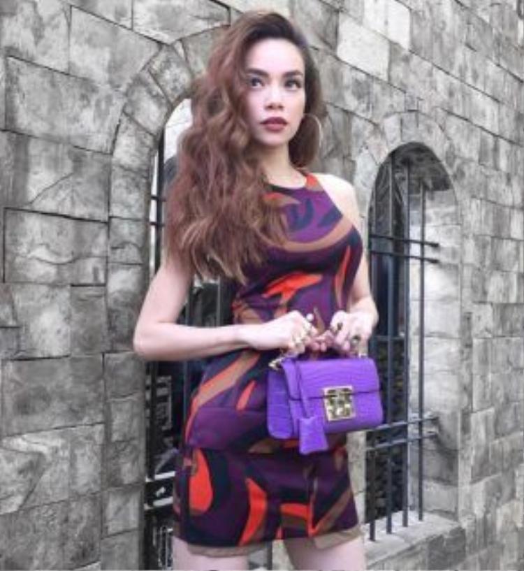 Quay The Face và cô diện những món đồ thời trang hàng hiệu đắt giá với lối trang điểm cá tính cùng trend son môi cam đất quyền lực.