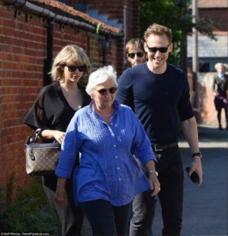 Tom có vẻ rất vui khi đi cùng bạn gái và gia đình.