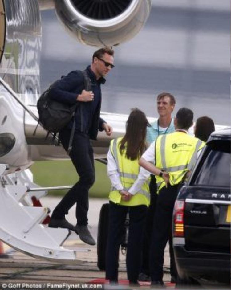 Tom Hiddleston bước xuống từ phi cơ riêng của Taylor và chuẩn bị gặp gia đình.