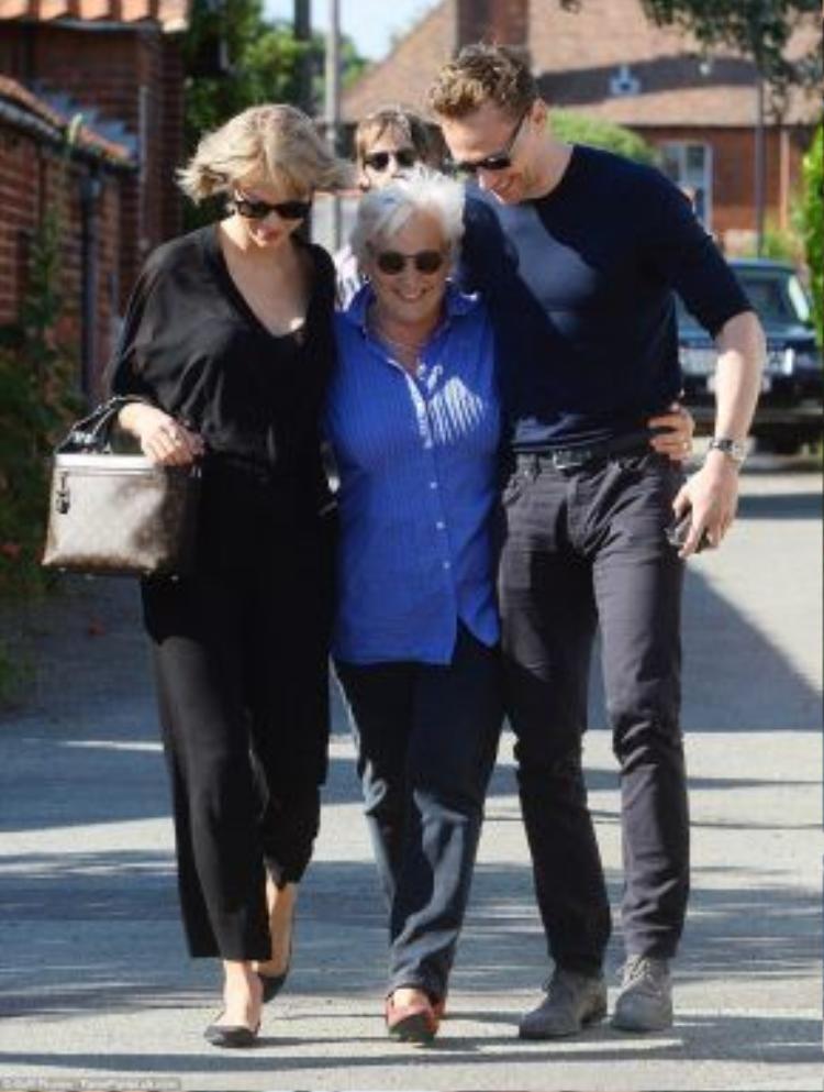 Taylor Swift đã gặp mẹ của Tom Hiddleston và cùng đi chơi với gia đình anh.