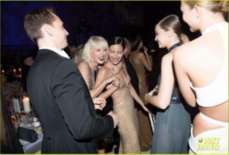 Tom đã khiêu vũ cùng Taylor trong buổi tiệc.