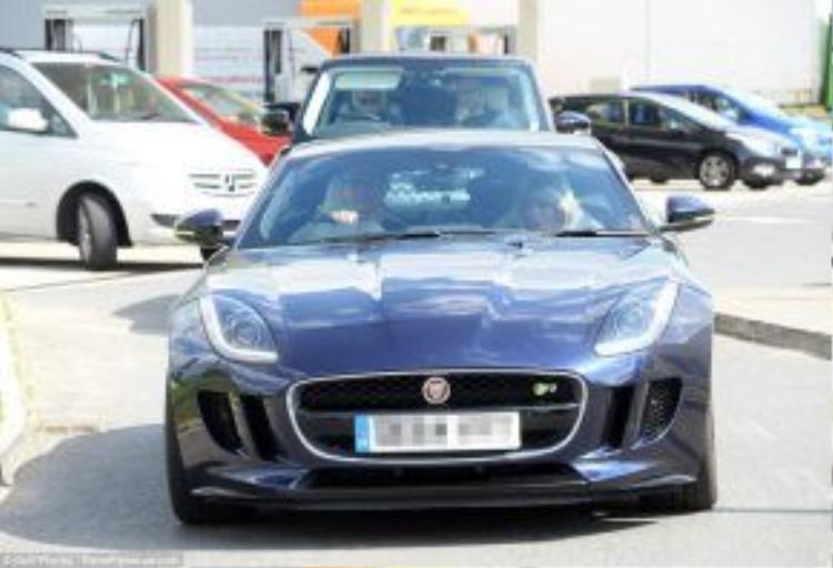 Tom đưa Taylor đi dạo London bằng xe Jaguar.