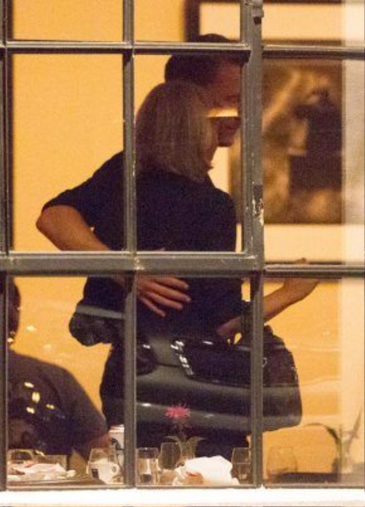 Tom Hiddleston thân mật cùng Taylor Swift.