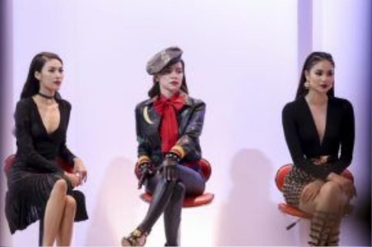 Bộ ba HLV chờ đón những phần trình diễn của các cô gái trong những bộ cánh đến từ NTK Chung Thanh Phong.