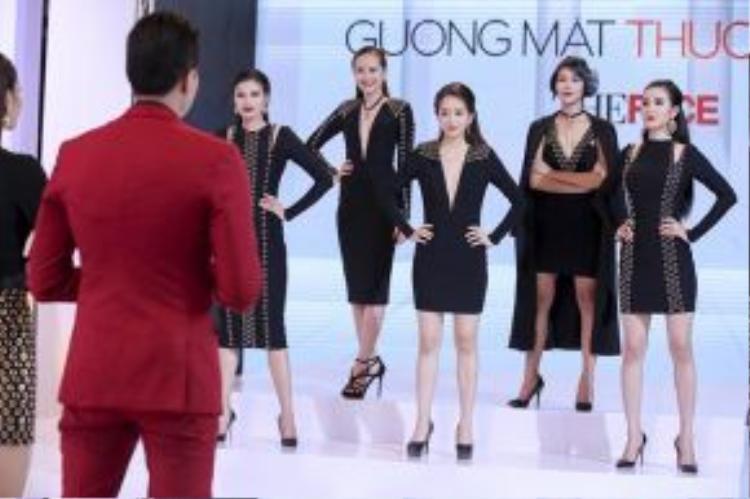 Top 5 cô gái team Phạm Hương hồi hộp chờ đợi kết quả từ HLV của mình.