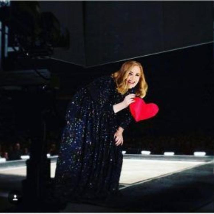 Những tư thế như thế này có thể được bắt gặp thường xuyên tại Adele Live Tour.