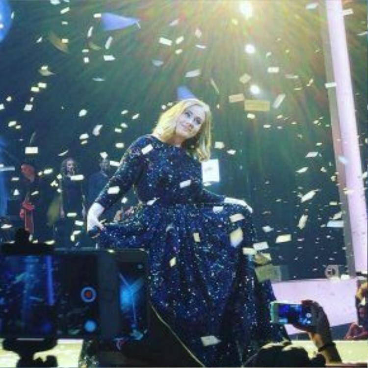 Cũng có lúc Adele xòe váy đáng yêu như một nàng công chúa.