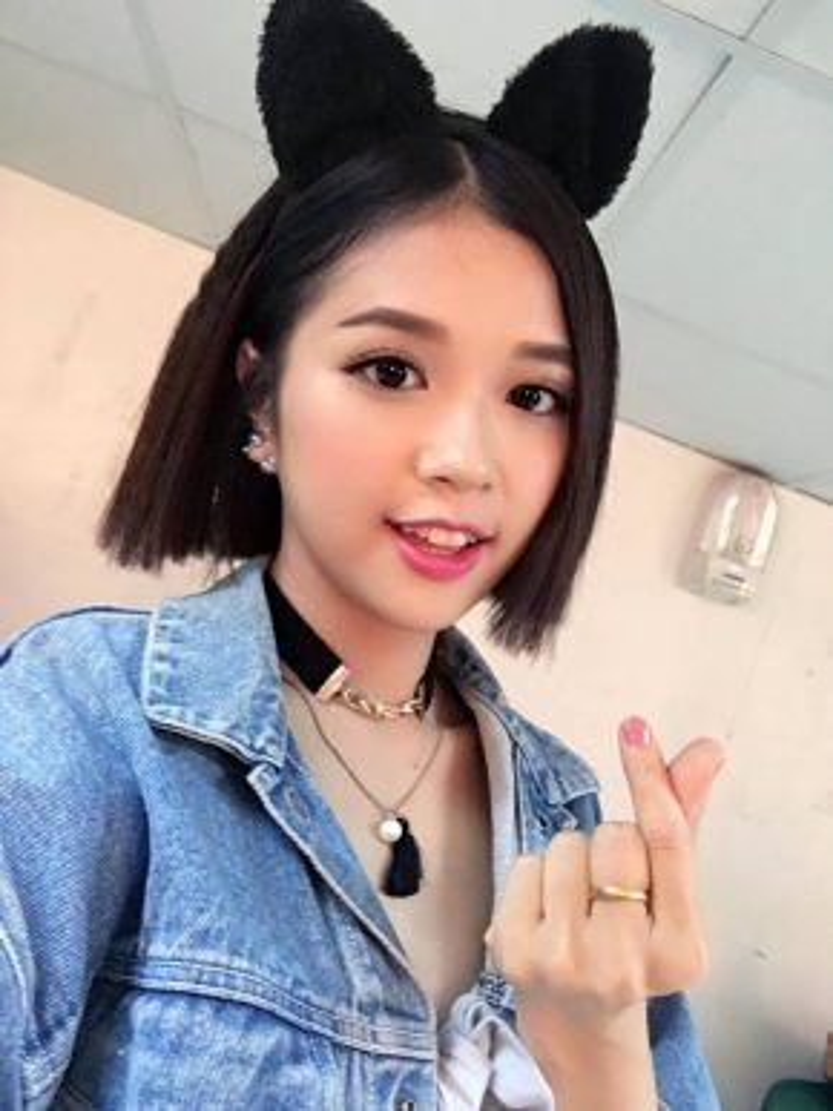 Luôn trung thành với phong cách trẻ trung, cô ca sĩ trẻ Suni Hạ Linh thường xuyên sử dụng gam màu hồng tươi làm điểm nhấn cho phong cách trong điểm của mình. Đôi mắt to tròn cùng kiểu kẻ mắt cat-eye là một sự kết hợp siêu ăn ý đúng không?