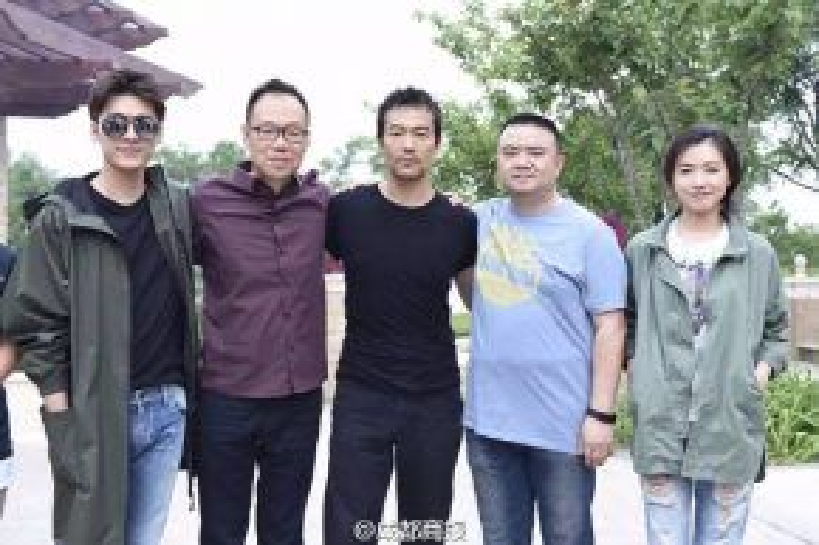 Hình ảnh Lý Dịch Phong, Liêu Phàm và nữ diễn viên trong buổi lễ khai máy bộ phim.