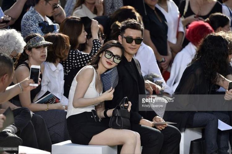 Soi bộ cánh vợ chồng Huỳnh Hiểu Minh diện trong show Givenchy 2017