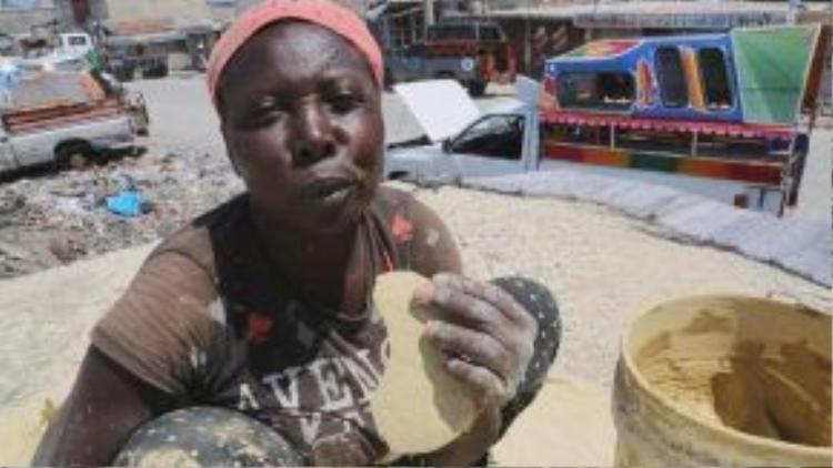 Đối với người dân ở một số quốc gia nghèo, ăn bánh đất là một sự lựa chọn vô cùng sáng suốt.