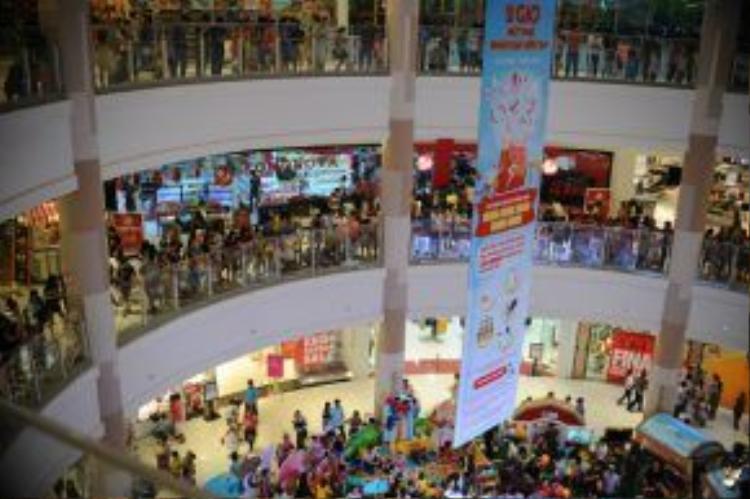 Chương trình nhận được sự chú ý, quan tâm từ đông đảo khách đến mua sắm.