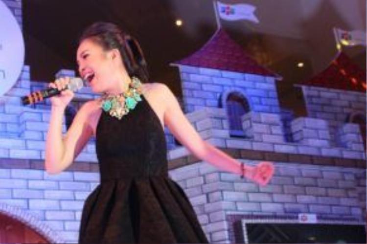 HLV Giọng hát Việt nhí mùa đầu tiên bộc bạch thêm, vì là ca sĩ nên cô chỉ biết hát tặng mọi người thôi. Cô gửi đến khán giả ca khúc có giai điệu vui tươi, trẻ trung cùng ca từ ý nghĩa Mẹ là bạn thân nhất.