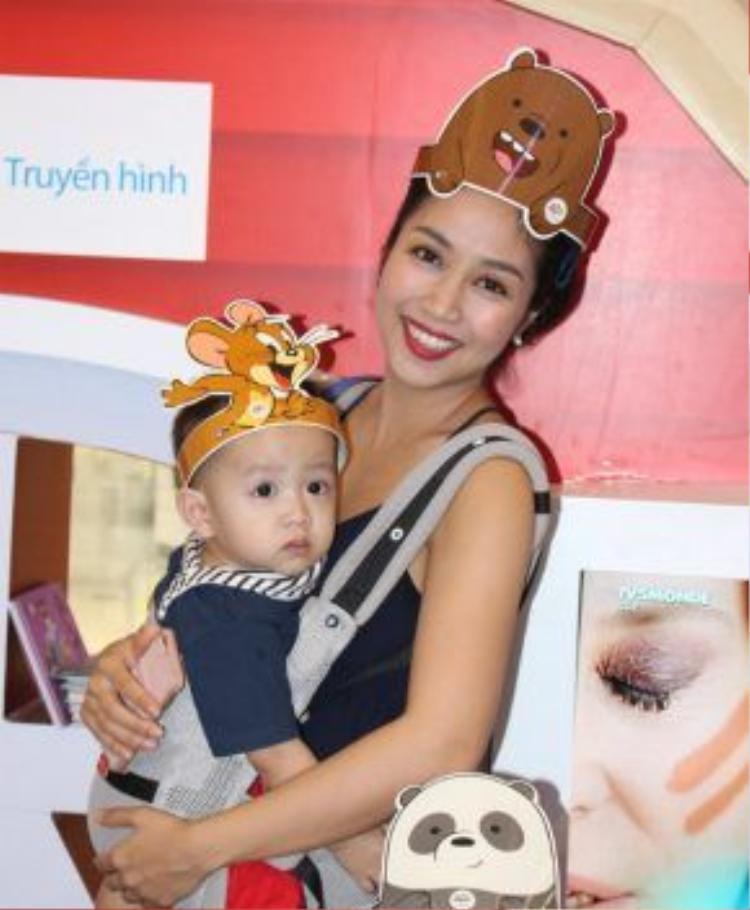 Trước đó, Ốc Thanh Vân cũng đến từ rất sớm. Nữ diễn viên - MC bế theo cậu con trai cùng tham gia sự kiện.