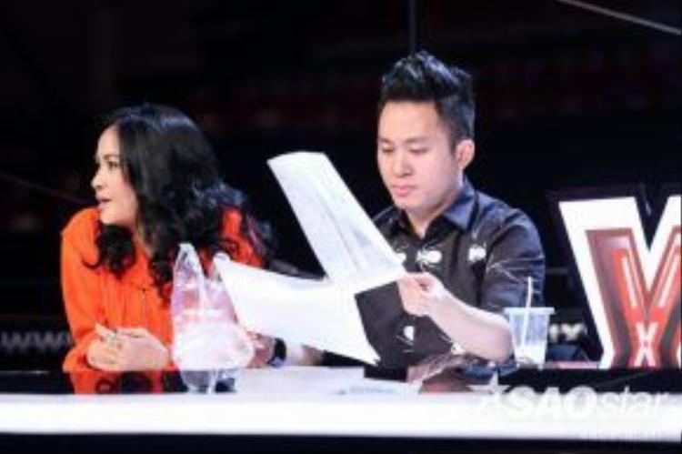 Thanh Lam và Tùng Dương chăm chú đọc kịch bản và theo dõi các học trò của mình.