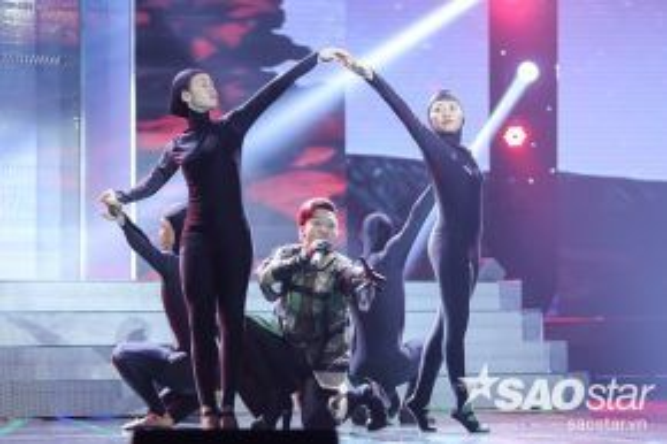Tuần này, Adam sẽ thể hiện ca khúc Chạy- một bản hit của Phạm Toàn Thắng. Anh vẫn kết hợp nhuần nhuyễn giữa ca hát và vũ đạo.