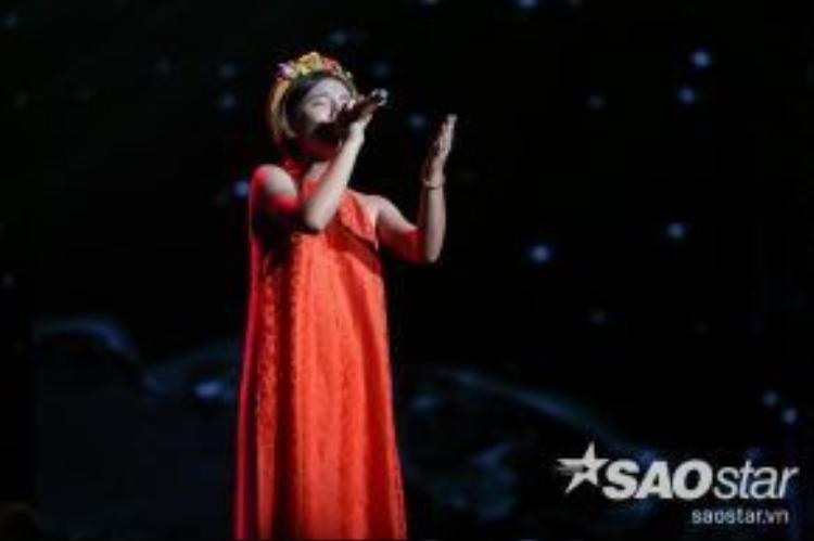 Minh Như tập trung khoe chất giọng nội lực và phong cách trình chuyên nghiệp với ca khúc Trên đỉnh phù vân.