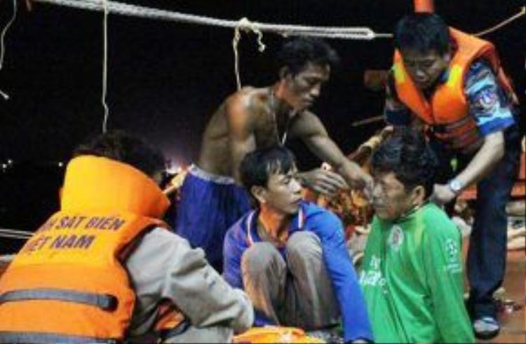 4 ngư dân bị thương được cảnh sát biển đưa vào Phú Quốc đêm 24/6. Ảnh: CSB.