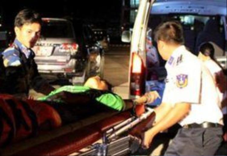 Các nạn nhân được cảnh sát biển đưa vào bệnh viện cấp cứu. Ảnh: CSB.