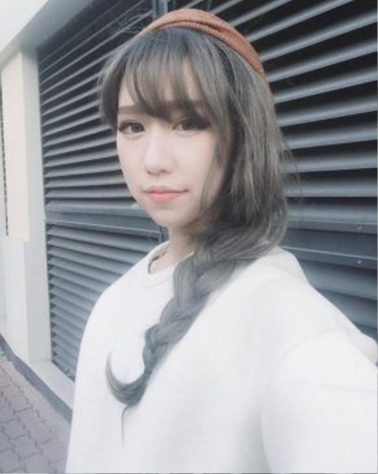 Màu rêu ánh khói trên tóc được Min biến hóa một cách nữ tính bằng kiểu tóc tết lệch vai